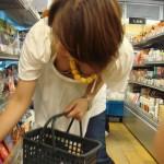 デパート・スーパーで買い物する女性客の店内胸チラエロ画像