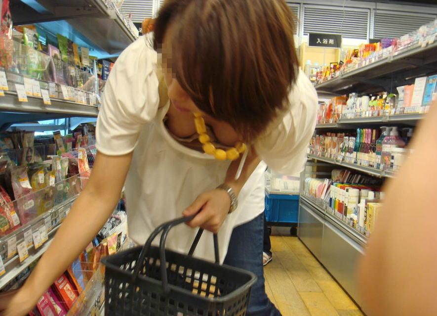 デパート・スーパーで買い物する女性客の店内胸チラエ□画像