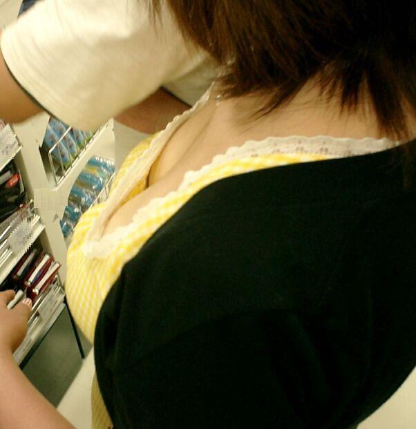 デパート スーパー 買い物 女性客 店内 胸チラ エロ画像【8】
