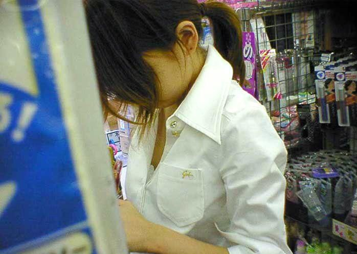 デパート スーパー 買い物 女性客 店内 胸チラ エロ画像【10】