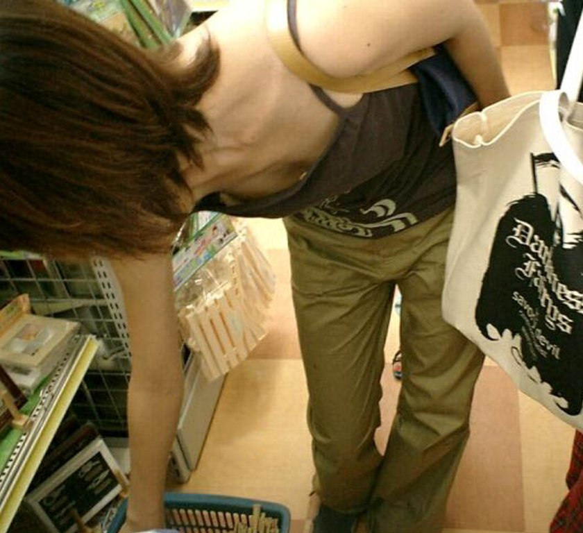 デパート スーパー 買い物 女性客 店内 胸チラ エロ画像【13】