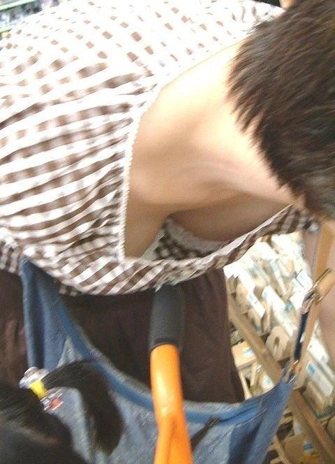 デパート スーパー 買い物 女性客 店内 胸チラ エロ画像【18】