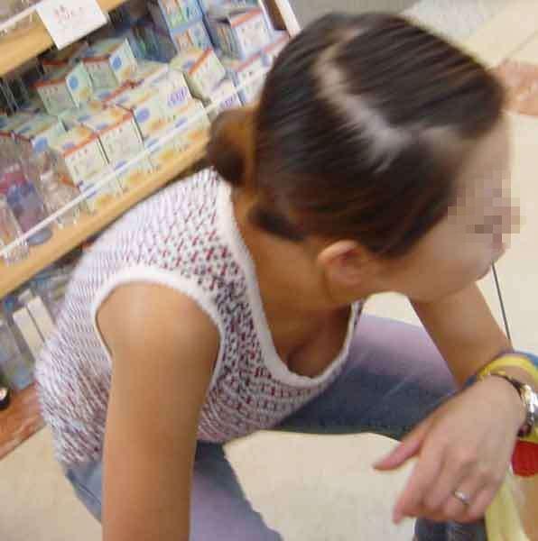 デパート スーパー 買い物 女性客 店内 胸チラ エロ画像【23】