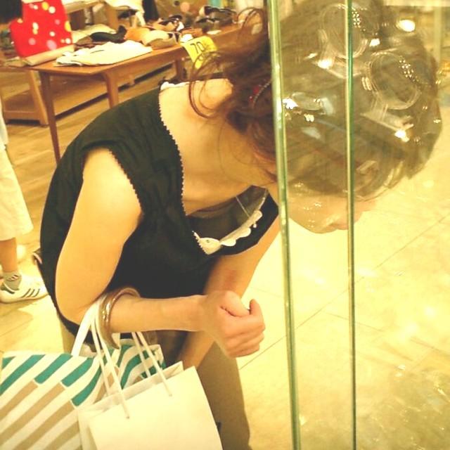 デパート スーパー 買い物 女性客 店内 胸チラ エロ画像【25】