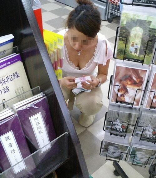 デパート スーパー 買い物 女性客 店内 胸チラ エロ画像【27】