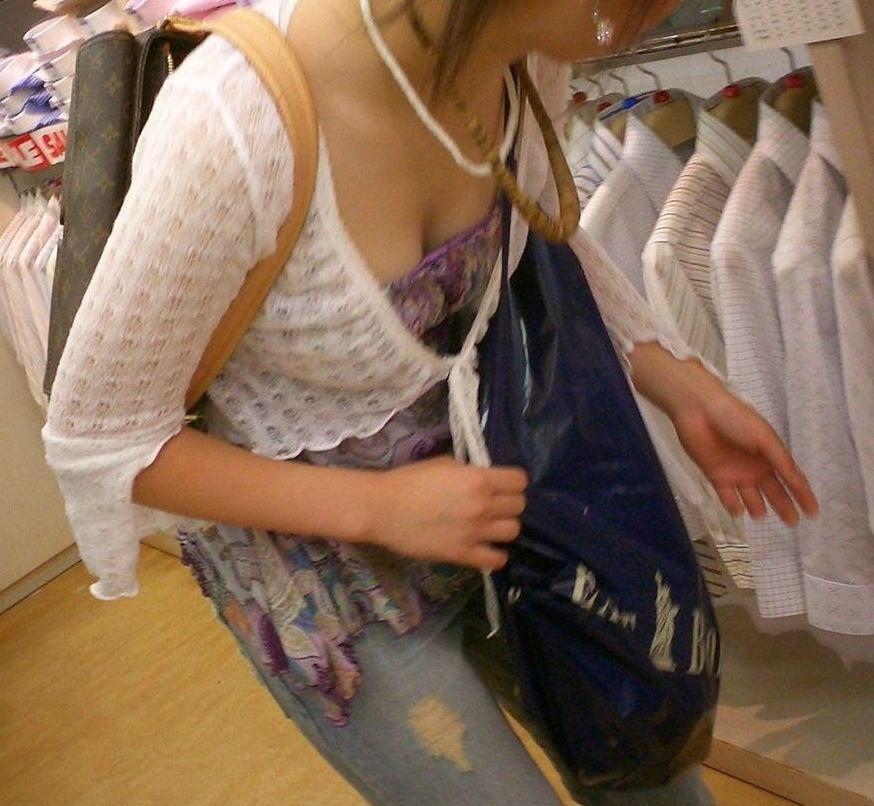 デパート スーパー 買い物 女性客 店内 胸チラ エロ画像【33】