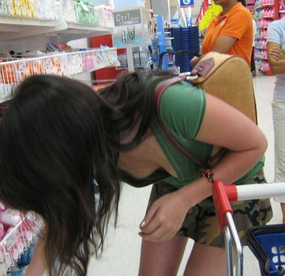 デパート スーパー 買い物 女性客 店内 胸チラ エロ画像【34】