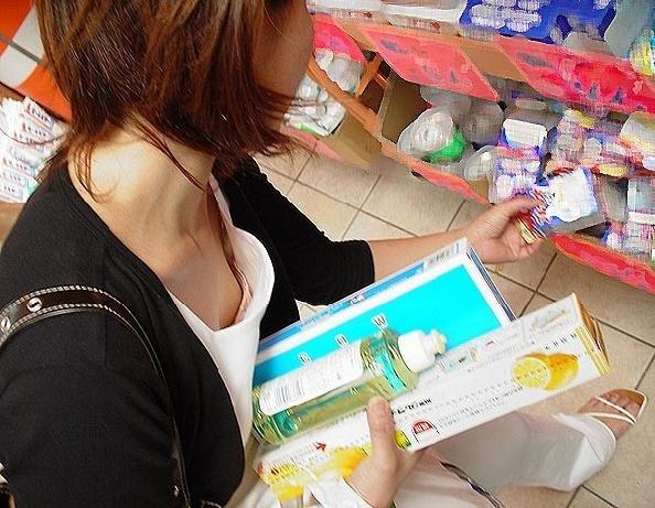 デパート スーパー 買い物 女性客 店内 胸チラ エロ画像【36】