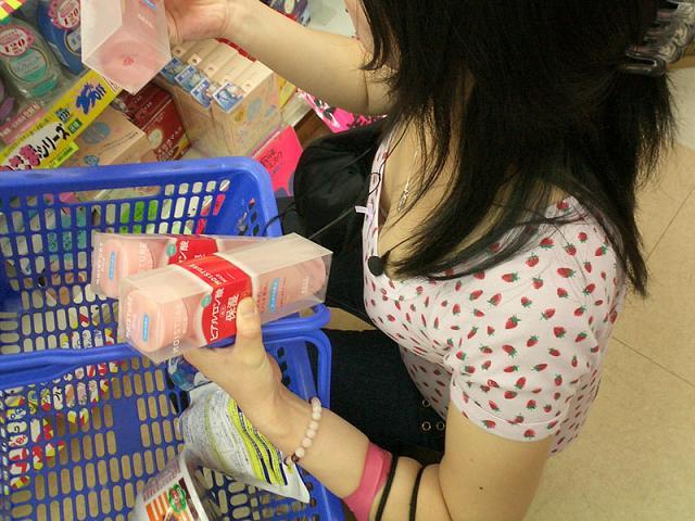 デパート スーパー 買い物 女性客 店内 胸チラ エロ画像【40】
