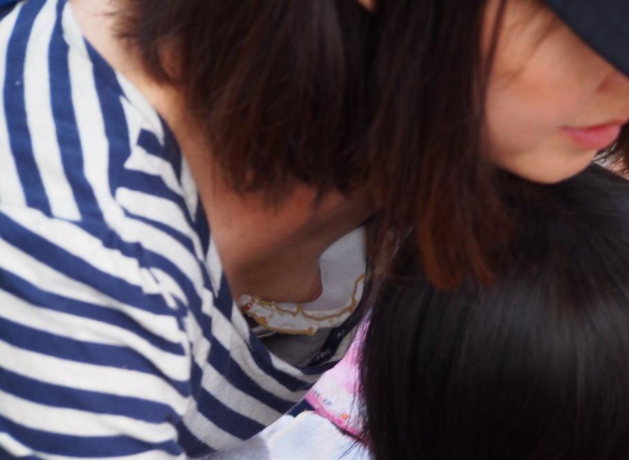貧乳 浮きブラ 乳首 隙間 胸チラ チクチラ エロ画像