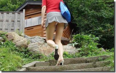 目上のパンツをリスペクトするミニスカ階段パンチラ画像 ①