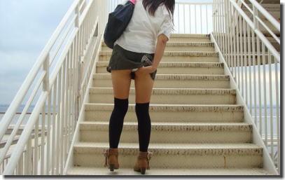 目上のパンツをリスペクトするミニスカ階段パンチラ画像 ④