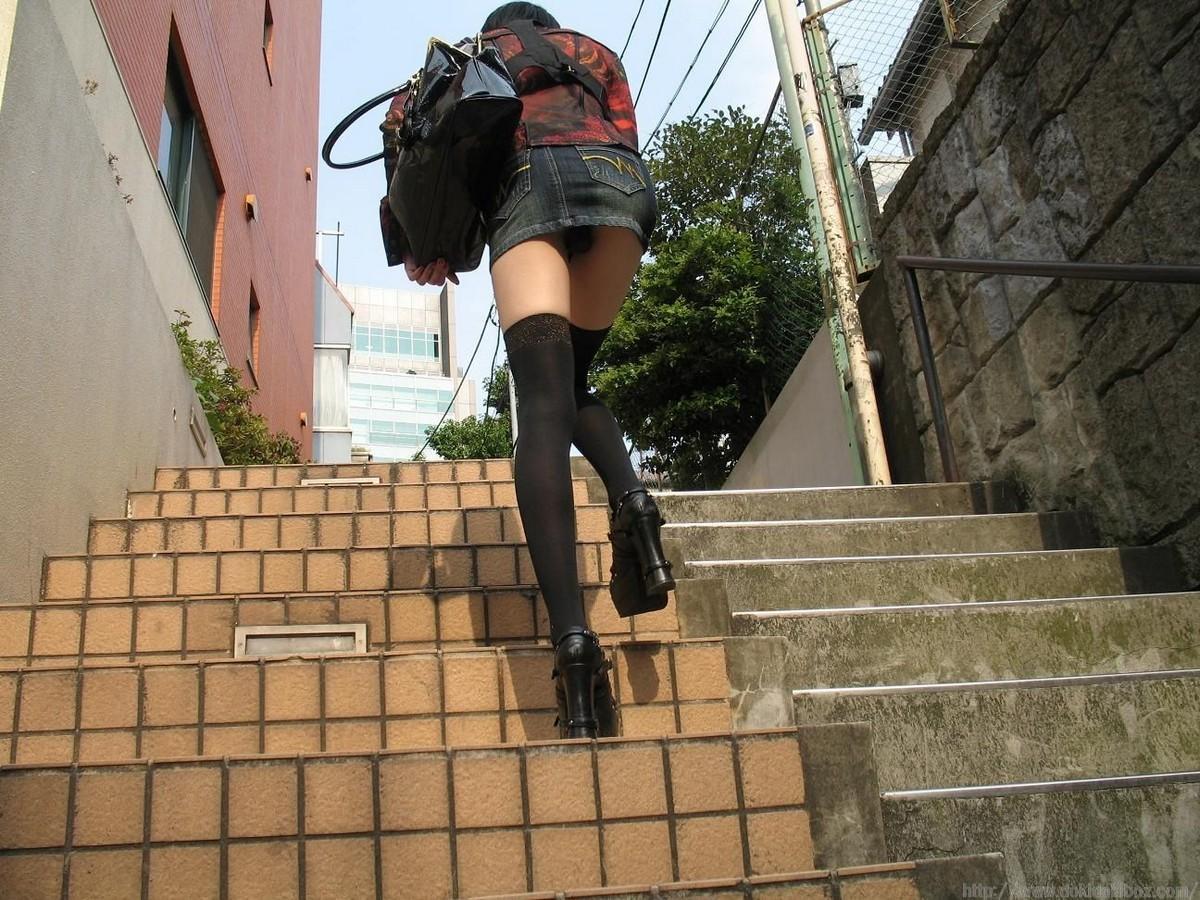 パンツ ミニスカ 階段 パンチラ エロ画像【2】
