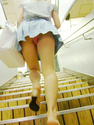 パンツ ミニスカ 階段 パンチラ エロ画像【23】
