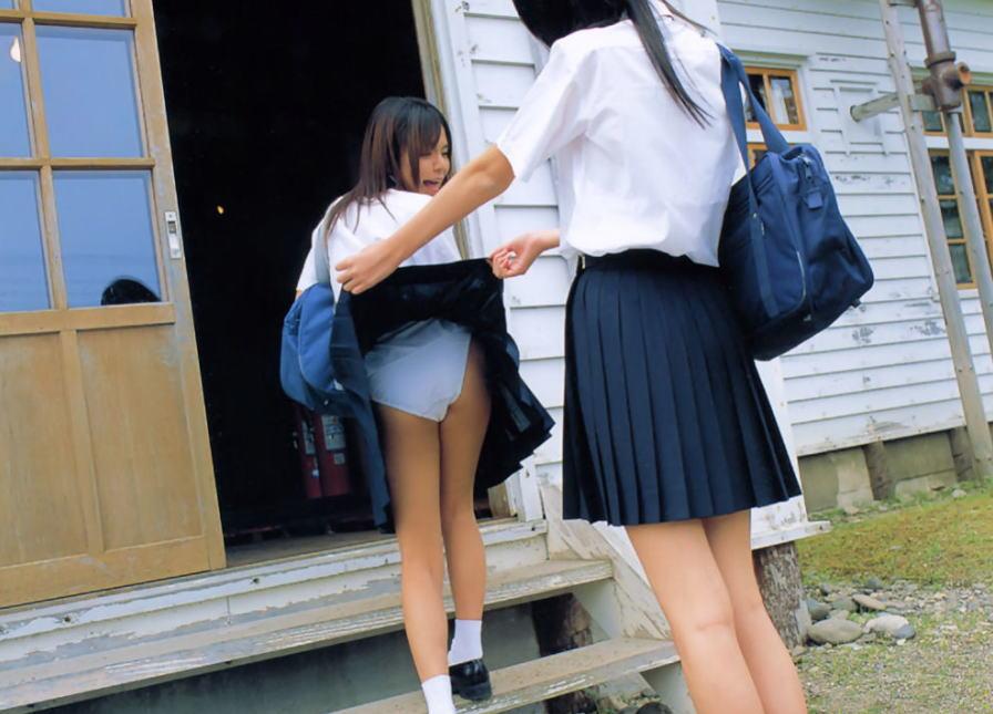 JK スカート 捲る パンツ たくし上げ パンチラ エロ画像