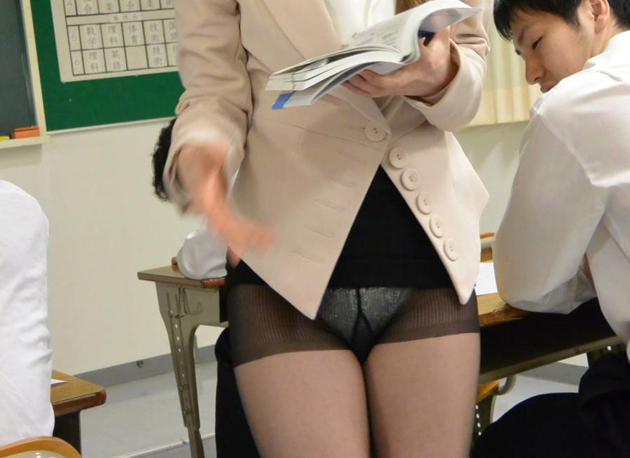 先生 パンツ パンチラ パンモロ 女教師 エロ画像
