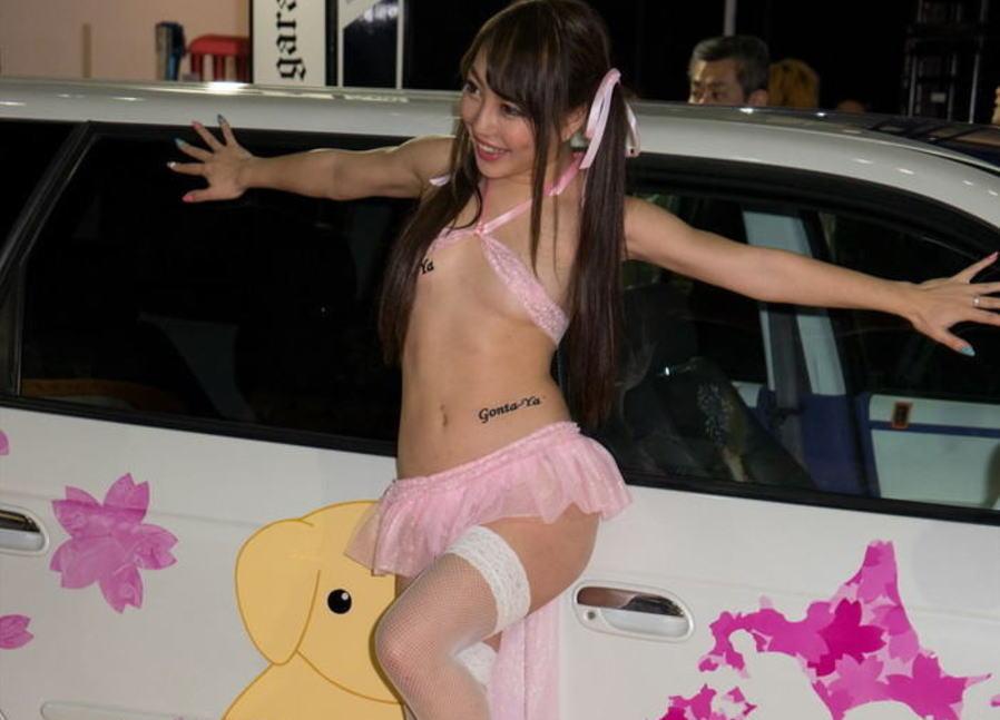 美女で露出が高いセクシーキャンギャルのオナネタ画像