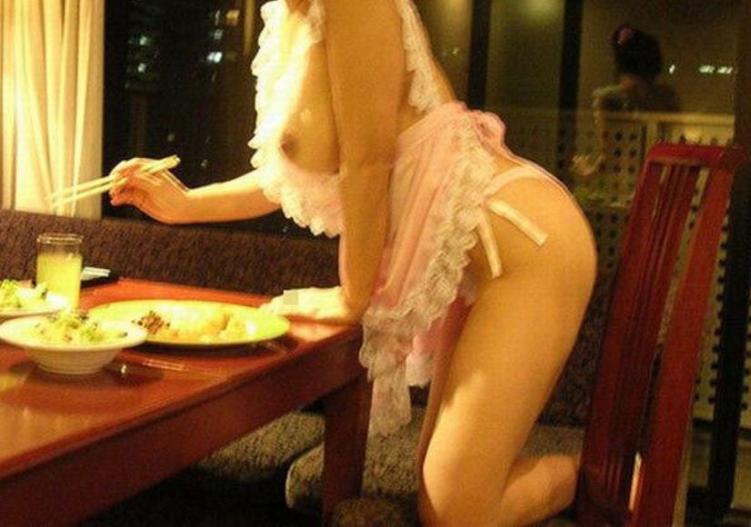 裸エプロン 乳首 ポロリ おっぱい エロ画像