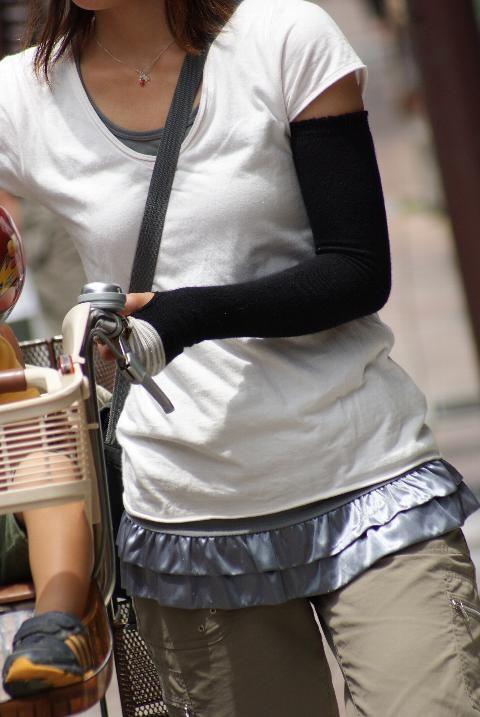 貧乳 おっぱい パイスラ たすき掛け 街撮り エロ画像【12】