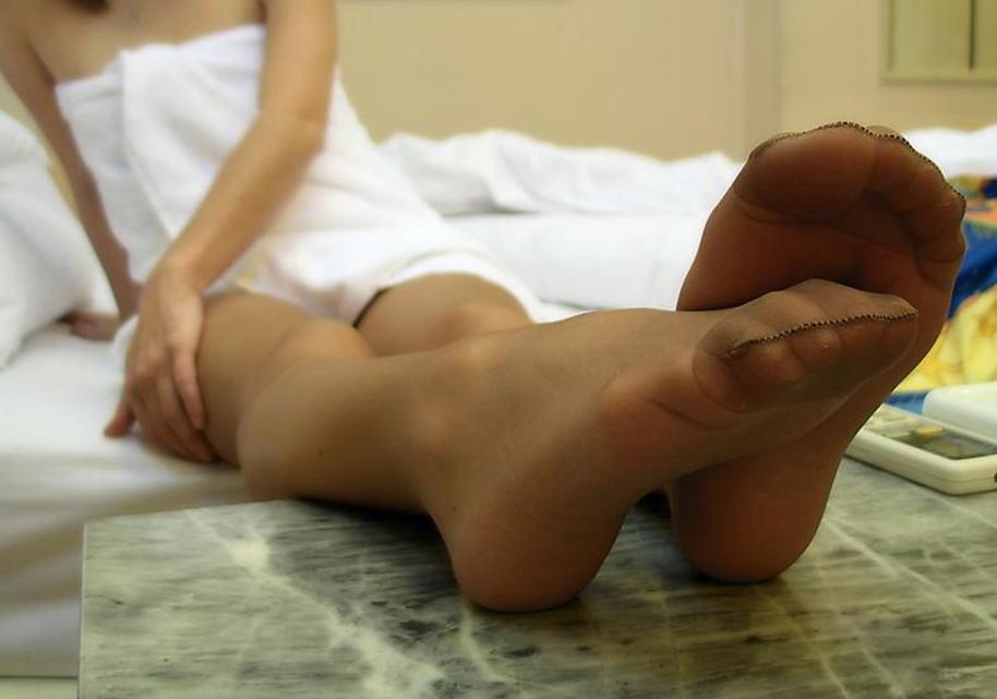 足裏やつま先をラブホテルのベッドで撮影したエロ画像