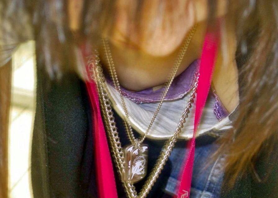 前屈み ショップ店員 乳首チラ ブラチラ 胸チラ エロ画像