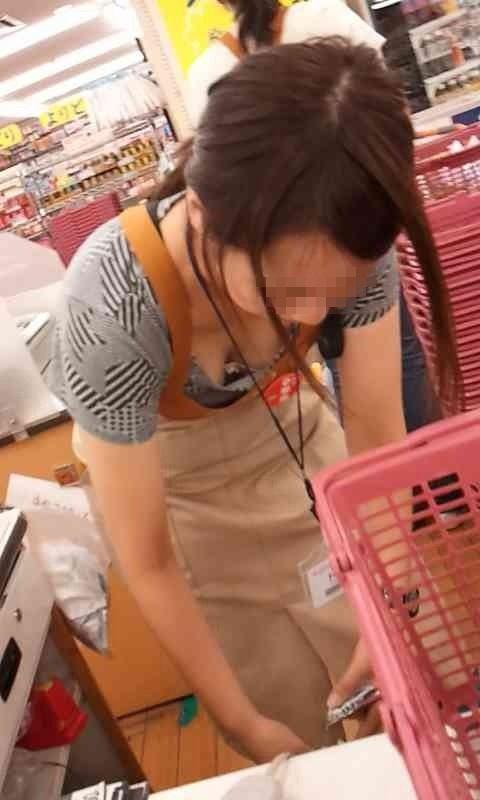 前屈み ショップ店員 乳首チラ ブラチラ 胸チラ エロ画像【8】