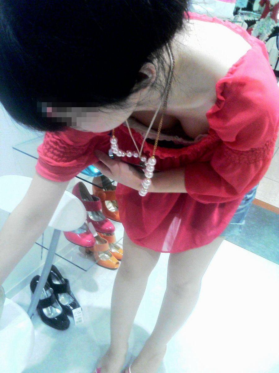 前屈み ショップ店員 乳首チラ ブラチラ 胸チラ エロ画像【12】