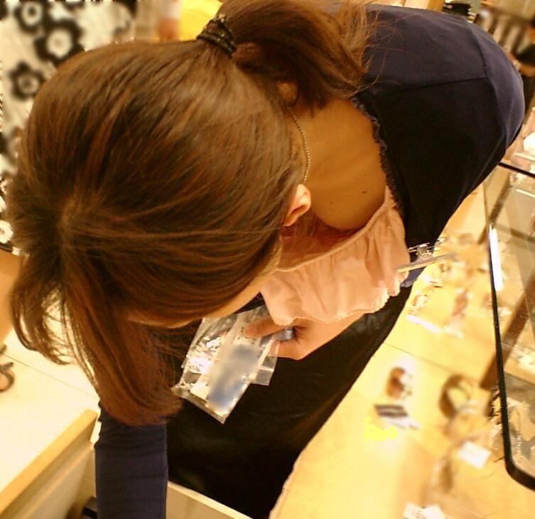 前屈み ショップ店員 乳首チラ ブラチラ 胸チラ エロ画像【16】