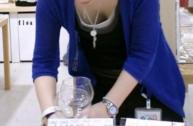 前屈み ショップ店員 乳首チラ ブラチラ 胸チラ エロ画像【21】