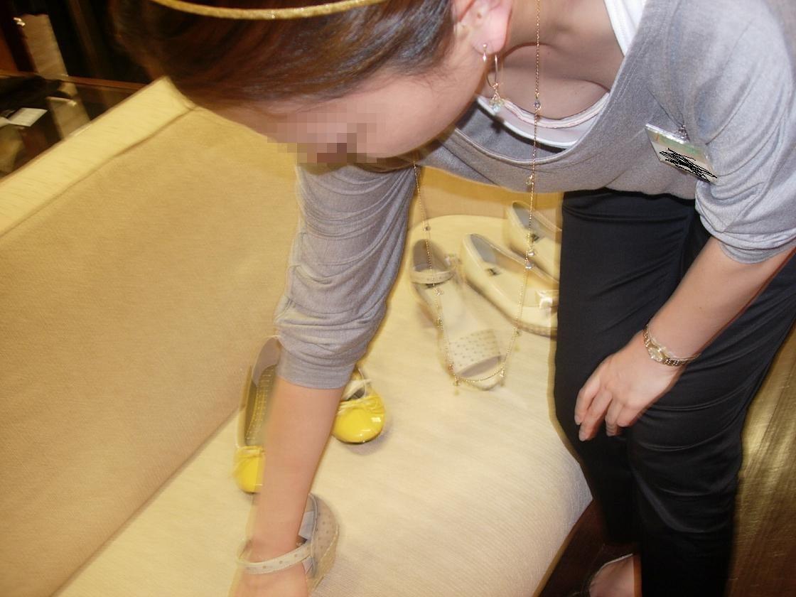 前屈み ショップ店員 乳首チラ ブラチラ 胸チラ エロ画像【26】