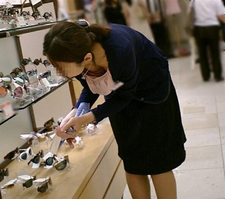 前屈み ショップ店員 乳首チラ ブラチラ 胸チラ エロ画像【27】