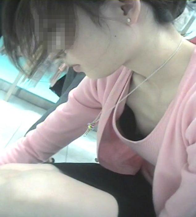前屈み ショップ店員 乳首チラ ブラチラ 胸チラ エロ画像【28】