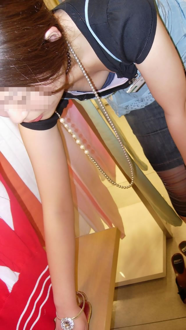 前屈み ショップ店員 乳首チラ ブラチラ 胸チラ エロ画像【29】