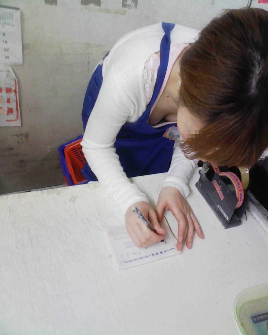 前屈み ショップ店員 乳首チラ ブラチラ 胸チラ エロ画像【31】