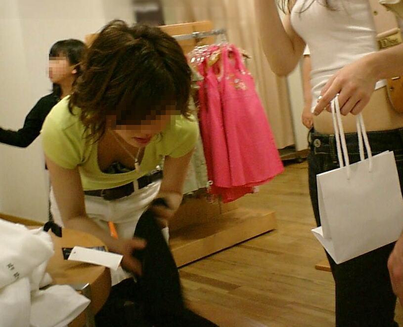 前屈み ショップ店員 乳首チラ ブラチラ 胸チラ エロ画像【32】