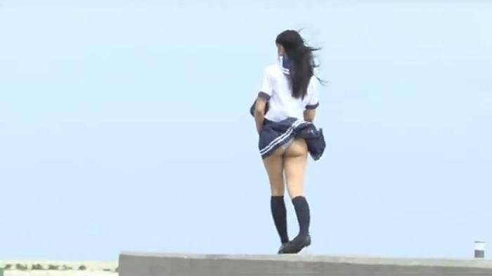 永井がメイキングで生々しい強風パンチラ