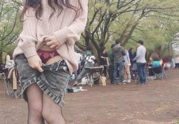 Twitterの自称フリーモデルの女性が花見の会場でパンツを露出wwwwwwwwww