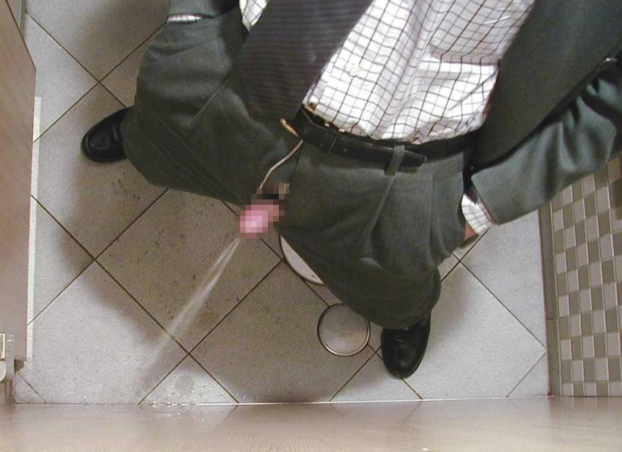 立ちションでおしっこを出す男子の放尿エロ画像