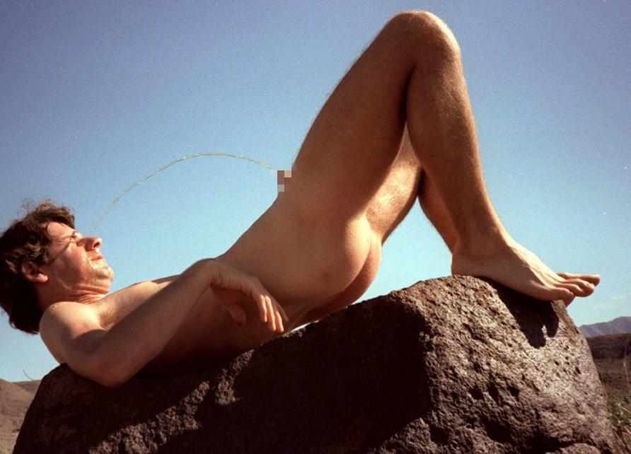 自分のおしっこを浴びる男達の放尿自爆エロ画像