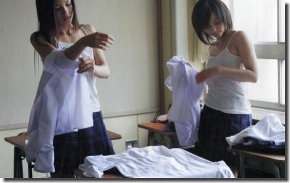 JKのお着替えタイム!教室で制服や下着を脱ぐエロ画像 ③