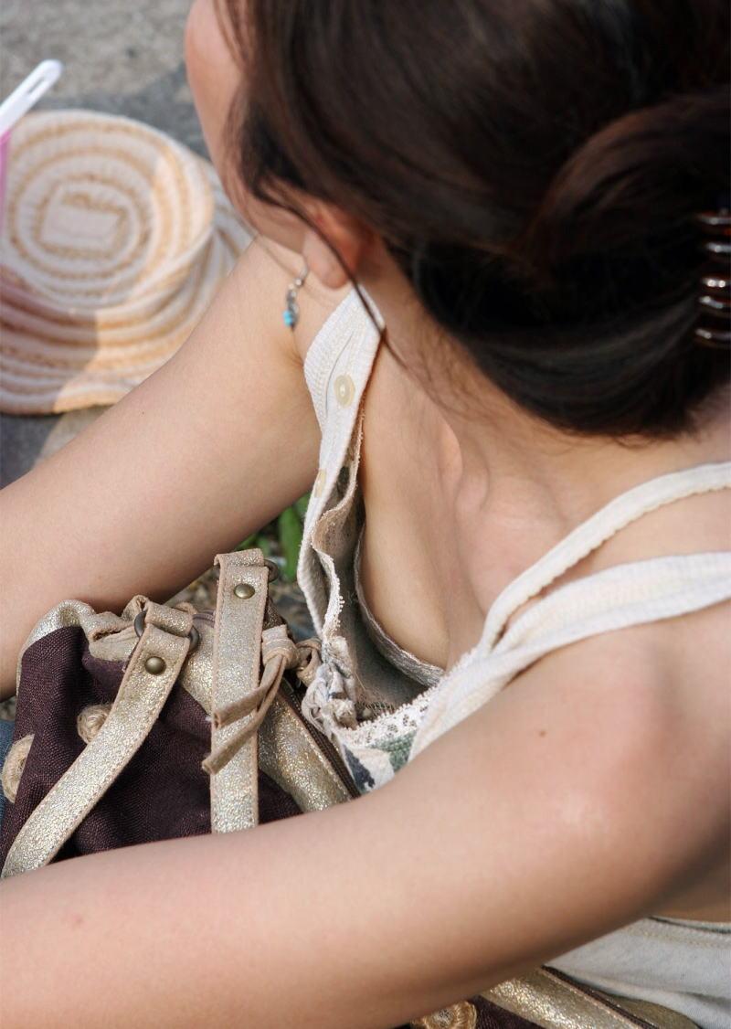 襟元 ガバガバ 胸元 パックリ 胸チラ エロ画像【20】