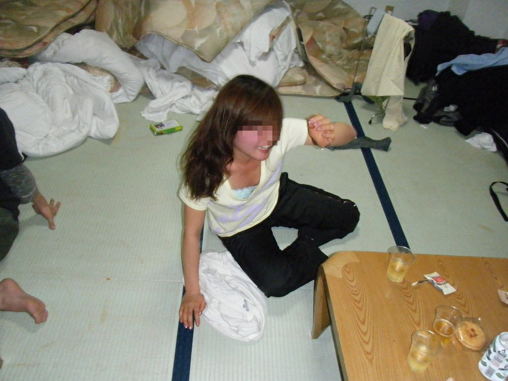 襟元 ガバガバ 胸元 パックリ 胸チラ エロ画像【28】
