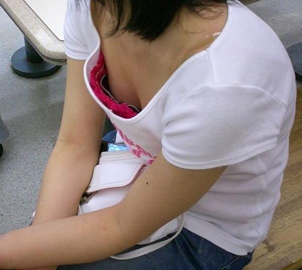 襟元 ガバガバ 胸元 パックリ 胸チラ エロ画像【37】