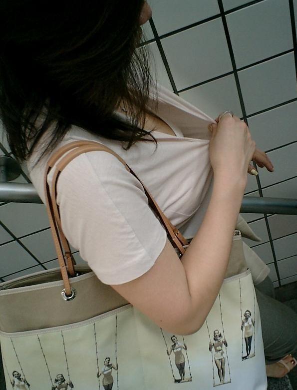 襟元 ガバガバ 胸元 パックリ 胸チラ エロ画像【47】