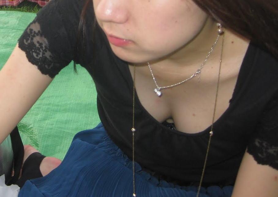 黒ブラジャー 胸チラ セクシー ブラチラ エロ画像【17】