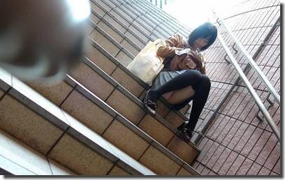 階段で座りパンチラしている段差腰掛けエロ画像 ①
