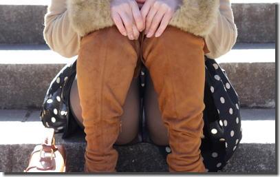 階段で座りパンチラしている段差腰掛けエロ画像 ③