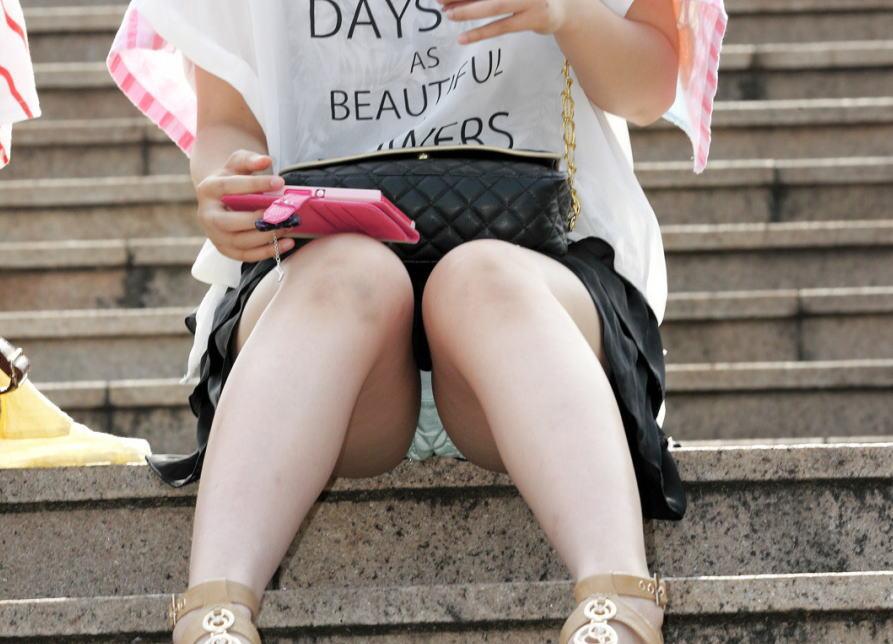 階段で座りパンチラしている段差腰掛けエロ画像