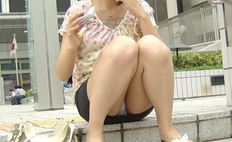 階段 座る パンチラ 段差 腰掛け エロ画像【4】