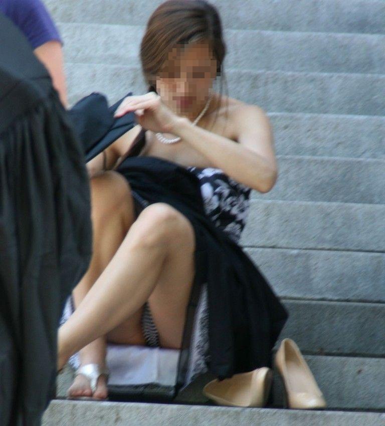 階段 座る パンチラ 段差 腰掛け エロ画像【6】